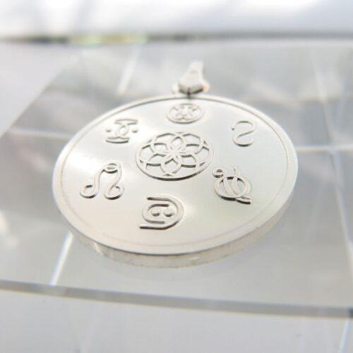 """Auf diesen Anhängern werden Symbole dargestellt, welche """"Freie Energien"""" bündeln, um sie für den Menschen nutzbar zu machen. Aus der Einheit kommen wir, und in die Einheit kehren wir wieder zurück. Dort, wo zwei Energieströme sich verbinden, kann ein Stern geboren werden. Diese Symbolkräfte fördern alles, was Menschen miteinander verbindet, im Besonderen jede Form von Partnerschaft. Larimar Symbole: Palun, Symbolon Ingmar Symbole: Kob, Holon Antares Symbole: Duamun, Aluun"""