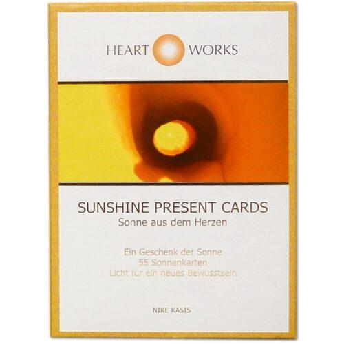 """Die """"Sunshine Present Cards"""" enthalten Lichtimpulse, die über einen längeren Zeitraum wirken und verinnerlicht werden können. Jede Sonnenwort-Karte kann sich sowohl auf eine allgemeine Entwicklungsmöglichkeit als auch auf persönliche Schritte beziehen. Jedes Sunshine-Kartenset ist von Hand mit Gold- und Sternenstaub versehen. Das Kartenset ist zur Gänze in Österreich produziert. So wird jedes Sunshine Present Kartenset zu einer einmaligen Schatzkiste"""