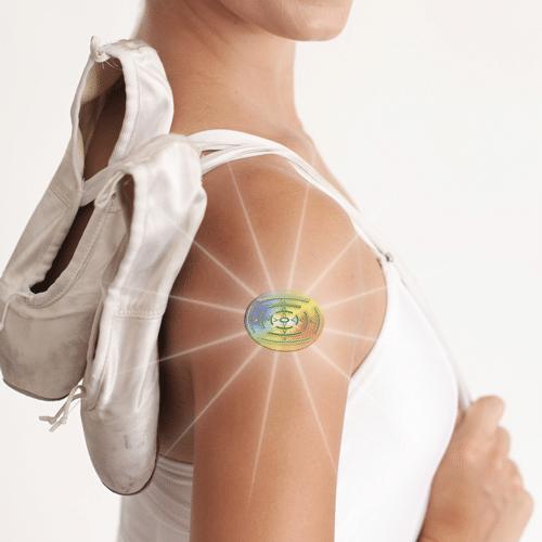 """akshah kristall®, """"das intelligente Tattoo"""" weiß genau, wie viel Energie benötigt wird und löst sich dann auf! Die Energy-Tattoos sind energetische Pflaster, sie """"strotzen"""" vor Energie"""" und bieten Schutz bzw. Unterstützung im Alltag. Sie verbessern unser Wohlbefinden, wenn wir uns energielos fühlen oder wenn es uns """"nicht gut geht"""". Das akshah kristall® Energy-Tattoo wird dort angebracht, wo es uns gerade gut tut. Es können auch mehrere Energy-Tattoo´s gleichzeitig getragen werden! Die Energy-Tattoos sind ungiftig und dermatologisch unbedenklich und jederzeit wieder leicht zu entfernen."""