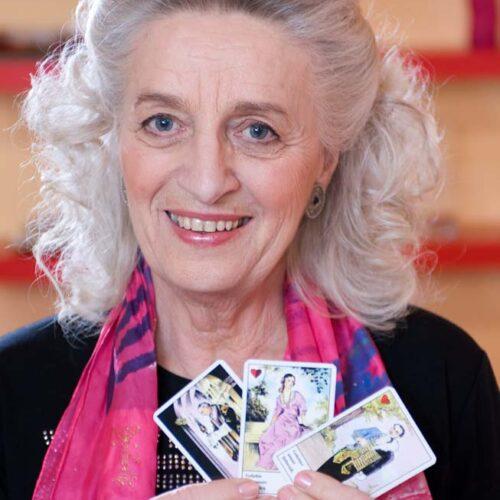 Meisterin des Kartenlegens Elfriede Jahn mit Zigeunerkarten von Piatnik