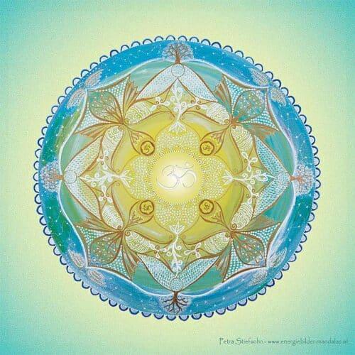 Das OM-Symbol in der Mitte steht für das ursprüngliche Wort, das ALLES in sich enthält. Es repräsentiert den Urklang, die Schöpfung, die Essenz von Allem, was ist.